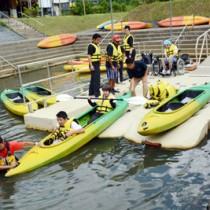 マングローブパークに新設されたカヌー乗降用フロート(浮桟橋)=29日、奄美市住用町