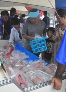 新鮮な海の幸を求める買い物客でにぎわったお魚祭り=16日、天城町平土野