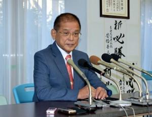 記者会見で衆院選に立候補しない考えを表明する保岡氏=8日、鹿児島市