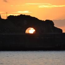 かがんばなトンネルで見られる神秘的な「龍の瞳」=12日午後5時51分、龍郷町円