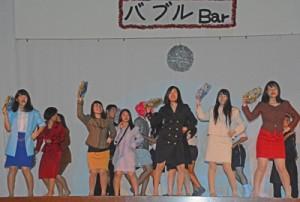 劇中にダンスする古仁屋高校の生徒たち=28日、瀬戸内町
