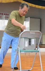 2日繰り上げの投票で1票を投じる有権者=20日、瀬戸内町の池地集会所