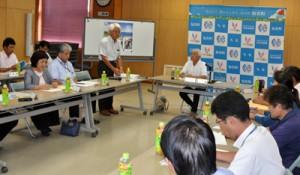 知名町総合戦略の中間状況における事業の効果検証を行った有識者会議=16日、知名町