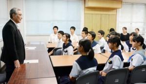 報告を受け生徒らをねぎらう朝山市長(左)=24日、奄美市役所