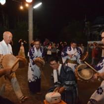 老若男女が歌い踊って厄を払った「キトバレ踊り」=9月30日、大和村思勝