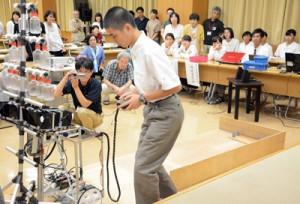 ロボットを操縦して性能を紹介した機械電気科の発表=7日、県立奄美図書館