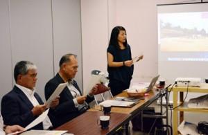 村出身者の様子を動画で伝える加藤さん(写真右)=12日、宇検村教育委員会
