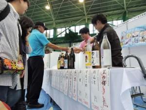 多くの人が訪れ、売り切れが相次いだ奄美ブース=8日、沖縄県名護市