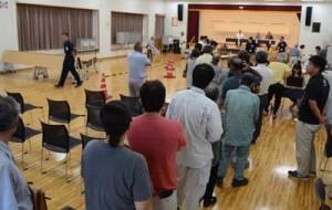 町長選の激戦と台風接近の影響で混雑する期日前投票所=21日午前8時40分、龍郷町生涯学習センターりゅうがく館