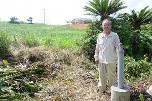 1970年ごろから赤尾木のくぼ地を研究する星村さん=2日、龍郷町
