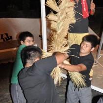 掛け声を合わせてわらを編み上げた伝統の綱かき=9月30日、伊仙町東伊仙東