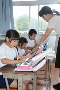 1、2年のクラスで授業を受ける体験入学の児童と在校生=5日、奄美市名瀬