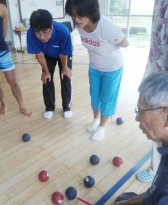 パラリンピックの正式種目・ボッチャを学ぶ講習会の参加者ら=21日、与論町