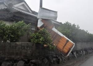 強風で飛ばされたトタン屋根=28日午後4時2分ごろ、伊仙町東面縄