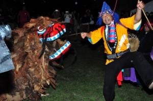 旧暦8月にのみ披露される二番組の「獅子舞」=4日、与論町