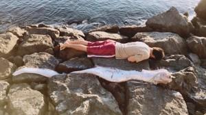 発見されたリュウグウノツカイの死骸と記念写真を撮る高校生=瀬戸内町古仁屋(提供写真)