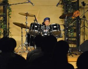 子どもたちも笑顔でドラムをたたき、会場を盛り上げた発表会=28日、奄美市名瀬