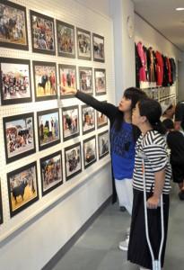 久高さんが撮影した写真230点が並んだ闘牛写真展=1日、徳之島町文化会館