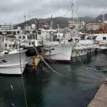 連続台風の影響で係留が続く漁船=27日、奄美市名瀬