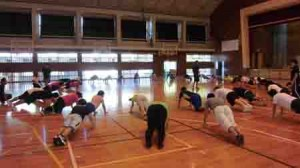 頭と体を使った運動などに取り組んだ参加者ら(提供写真)