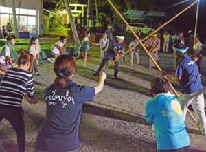 老若男女が息を合わせて行われた竿踊り=4日、奄美市住用町西仲間