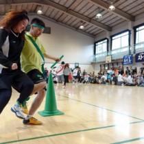 体育館に大きな声援が響いた二人三脚=東京北区の東十条小学校体育館