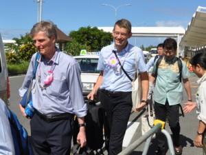 IUCNの現地調査のため奄美大島入りした(左から)スコット・パーキン氏とバスチャン・ベルツキー氏=12日、奄美空港