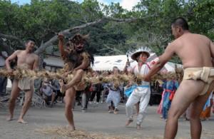 綱を3回切る「綱切り」で幕を開けた油井の豊年踊り=4日、瀬戸内町