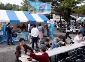 多くの来場者でにぎわった奄美黒糖焼酎ブース=7日、東京・代々木公園