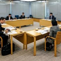 県民生活向上、離島施策などで提案が相次いだ県政ビジョン策定委員会=16日、東京・千代田区の都道府県会館