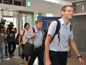 奄美2島の視察を終えて沖縄へ向かった(右から)バスチャン・ベルツキー氏とスコット・パーキン氏