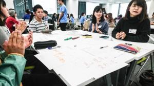 「島キャン」の活動内容を報告し、課題を話し合う参加者=14日、東京・新宿区