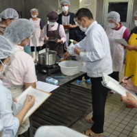 奄美特産のマンゴーやパッションを使用したゼリー製法の実演もあった研修会=18日、龍郷町