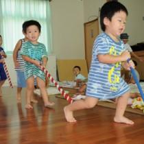 楽しそうに「ダットドン」を踊る諸鈍へき地保育所の園児たち=12日、瀬戸内町加計呂麻島