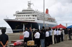 徳之島に寄港した旅客船「にっぽん丸」=19日、天城町平土野港