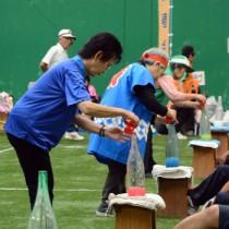 正確さとスピードが求められる「貯金競争」=21日、名瀬運動公園サンドーム