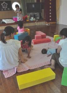 NPO法人「親子ネットワークがじゅまるの家」は子育て支援で広場も開設している(資料写真)