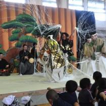 内城小で公演された能「土蜘蛛」の一場面=11日、和泊町