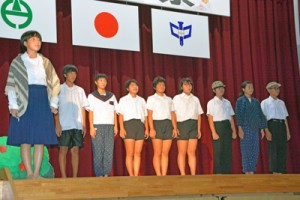 劇「対馬丸」を上演し、平和の尊さを訴える生徒=28日、田検中体育館