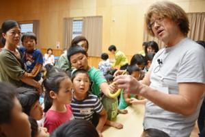 松橋利光さん(右)を講師に生き物に触れた参加者ら=11日、大和村
