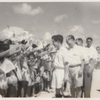 常陸宮さま(中央)の初来島を歓迎する島民ら=1961年