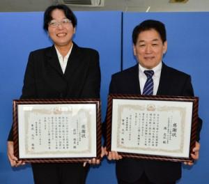 電話詐欺被害を未然に防ぎ、奄美署から感謝状を受け取った(左から)前田さん、德さん=7日、奄美市名瀬