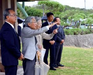百合ケ浜を見学される天皇、皇后両陛下=17日午後0時4分、与論町麦屋(代表撮影)