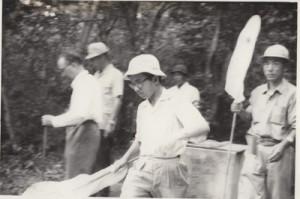 虫取り網を手に林を歩く常陸宮さま=1961年