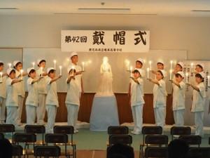 ナイチンゲールの灯を片手に誓詞を読み上げる生徒たち(提供写真)