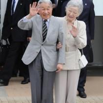 与論空港に到着し、出迎えた町民に手を振られる天皇、皇后両陛下17日午前11時半ごろ、与論町