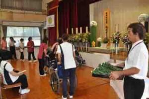 389人の冥福を祈り花を手向けた奄美和光園合同慰霊祭=2日、奄美市名瀬