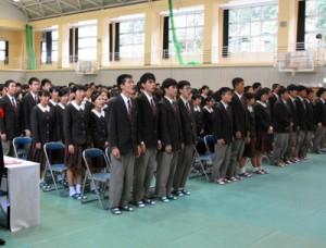 OBとともに校歌を歌う在校生=11日、奄美高校体育館