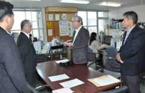 自衛隊戦闘機「低空飛行」に抗議し、展示飛行の中止を求める要請書を提出する関代表(中央)ら=24日、奄美市役所