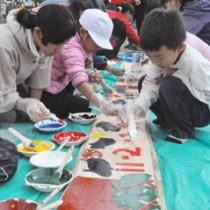 自然保護を呼び掛ける看板を製作する児童生徒ら=25日、天城町西阿木名小中学校